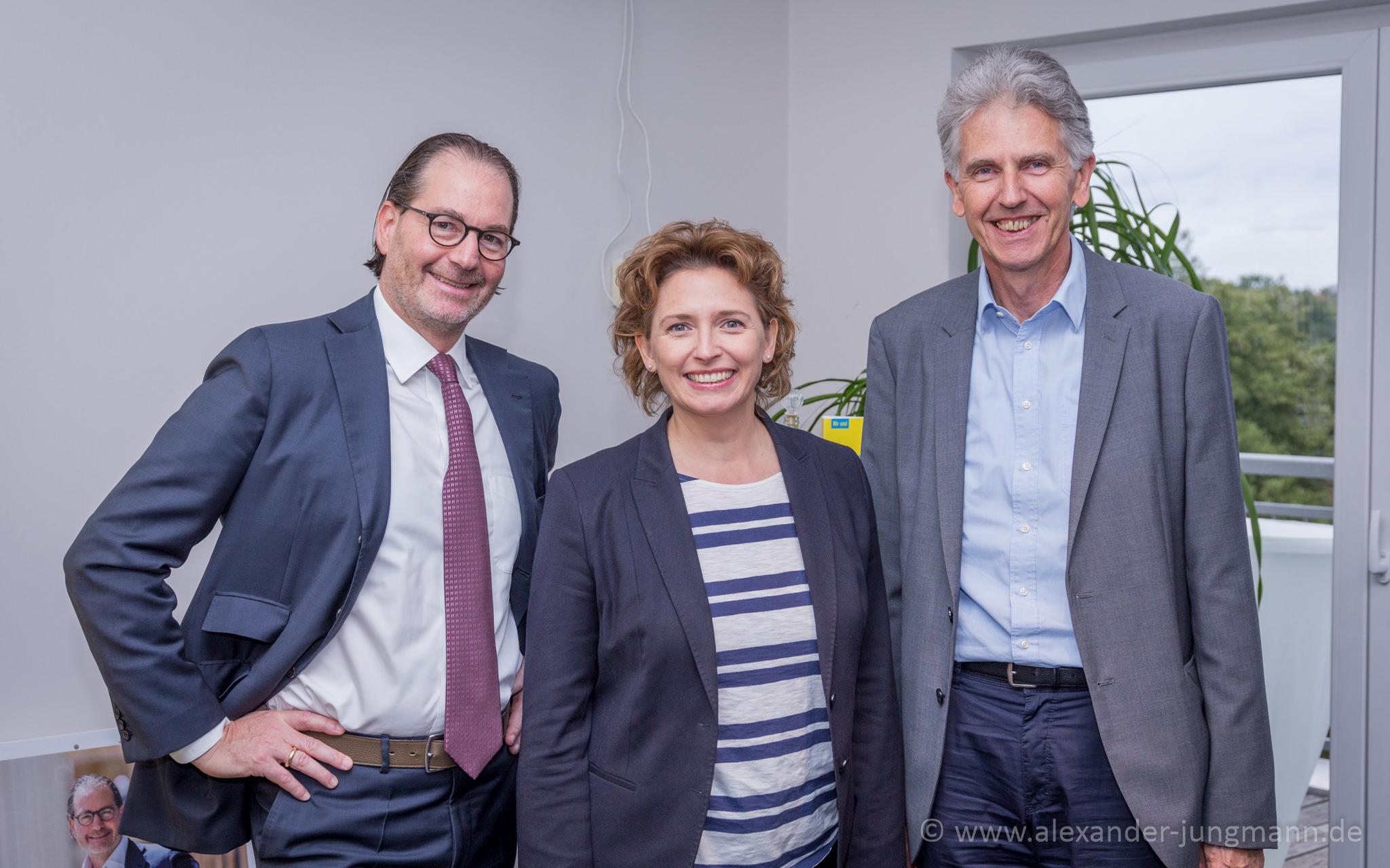 Nicola Beer, umrahmt von Ernestos Varvaroussis (links) und Uwe Klein (rechts).